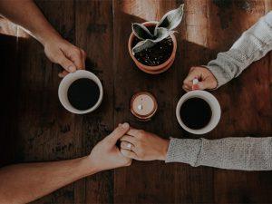 pareja-tomando-cafe